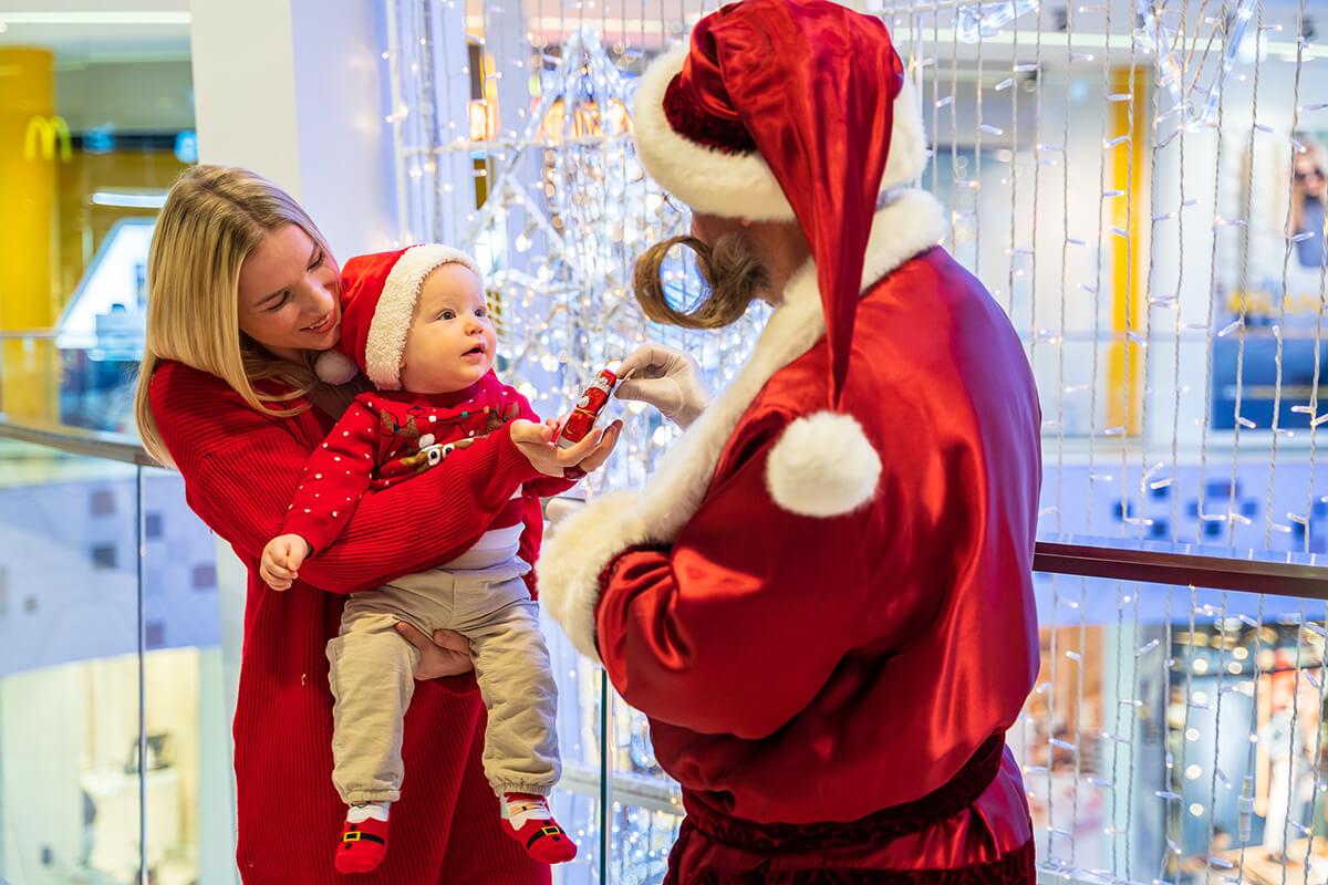 Junge Familie bekommt ein Geschenk vom Weihnachtsmann